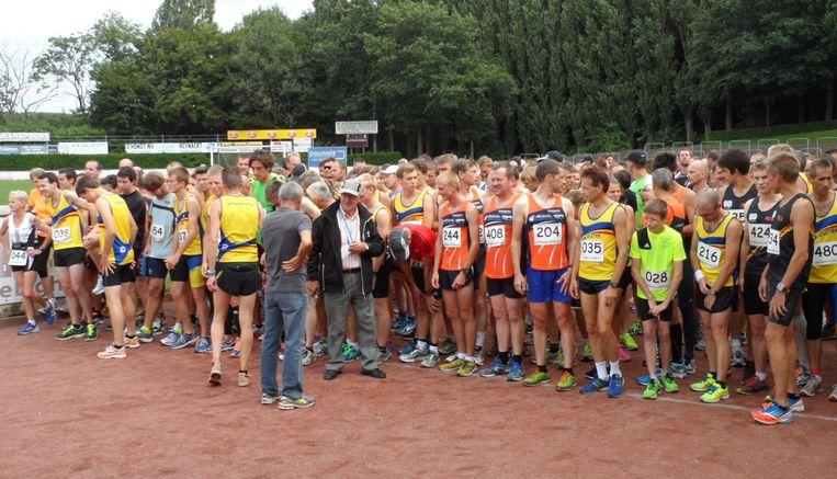 Veel volk aan de start van de jaarlijkse Egmontloop, een beeld dat we dit jaar niet te zien krijgen.
