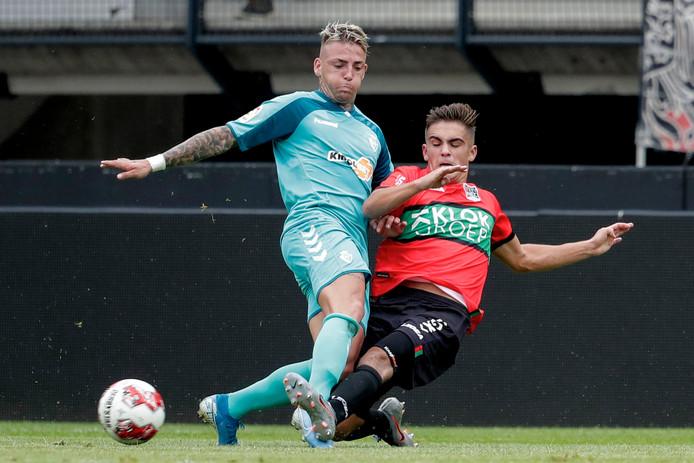 NEC'er Bart van Rooij zet al glijdend Osasuna-speler Brandon van de bal.