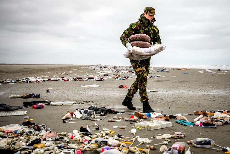 Militairen ruimen op Schiermonnikoog spullen op die op het strand zijn aangespoeld nadat het vrachtschip MSC Zoe begin 2019 meer dan 300 containers was verloren. Beeld ANP