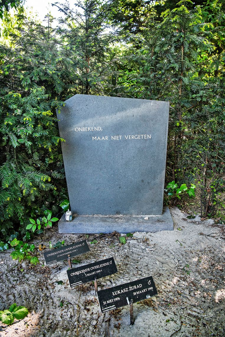 Grafsteen voor onbekende personen die de afgelopen jaren zijn begraven op St. Barbara in Amsterdam. Beeld Guus Dubbelman / de Volkskrant