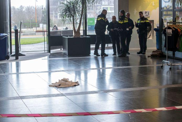Een stapel papieren handdoeken is op een bloedvlek gelegd in het Forumgebouw van de Wageningen Universiteit.