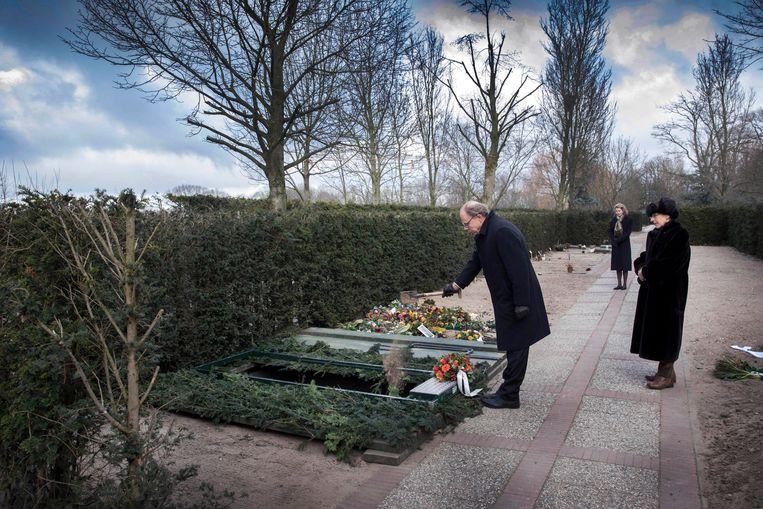 F. Starik en Anneke Brassinga (rechts) bij een eenzame begrafenis op begraafplaats Sint Barbara. Beeld Hollandse Hoogte / Werry Crone