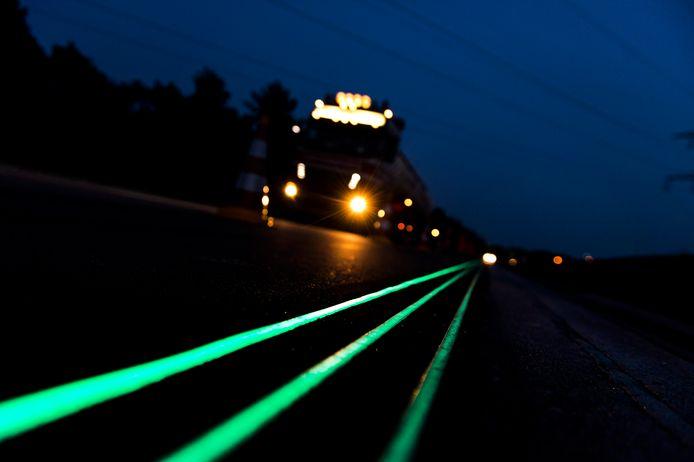 De Glowing Lines van Daan Roosegaarde op de N329 bij Oss.
