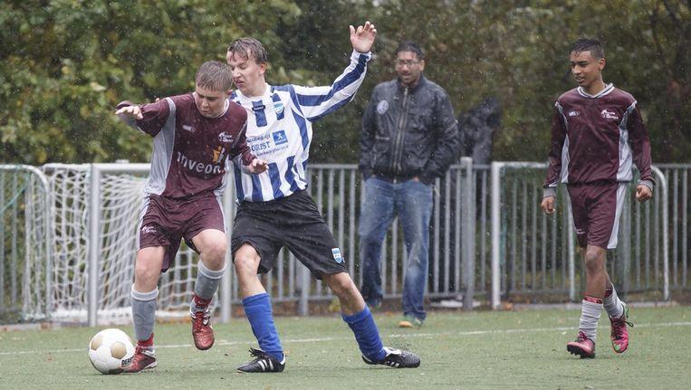 Spelers in de wedstrijd Nieuw Sloten B2 (in het paars) - Diemen B3. Beeld Marcel Israel
