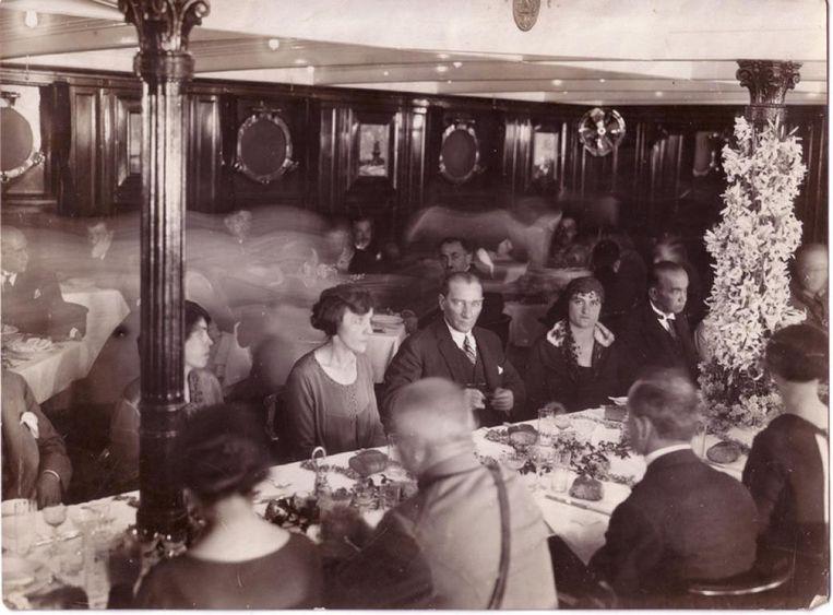 Atatürk (midden) op het stoomschip SS Karadeniz.  Beeld rv