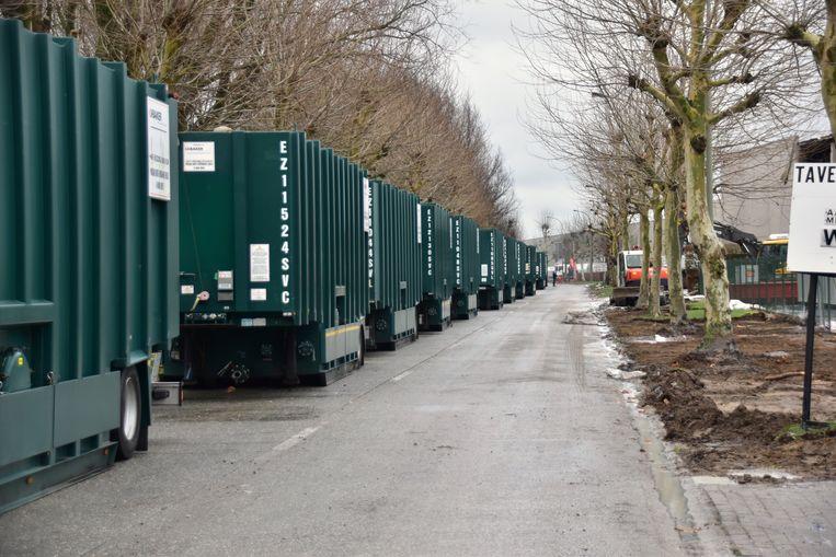 De indrukwekkende rij containers waarin straks de resterende volumes latex en bluswater zullen gepompt worden, om de afbraak van het bedrijfsgebouw mogelijk te maken tot op de grond.