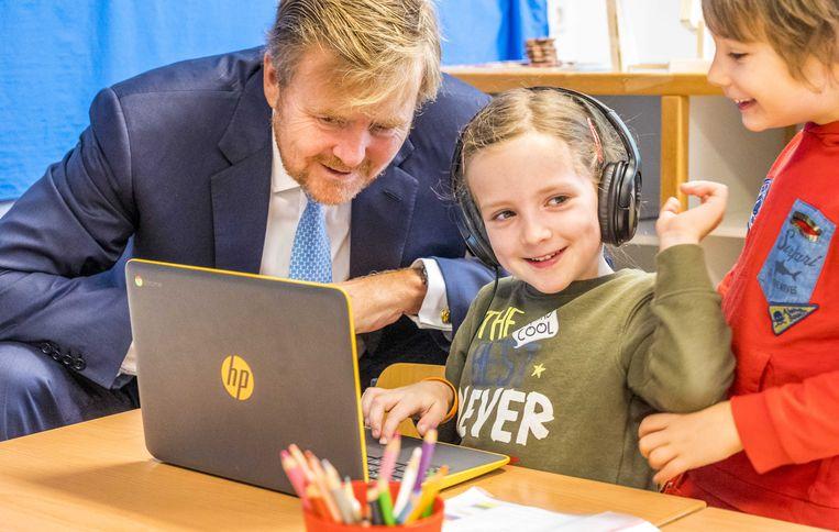 Koning Willem-Alexander bij Openbare Basisschool Aldoende in oktober. Beeld ANP