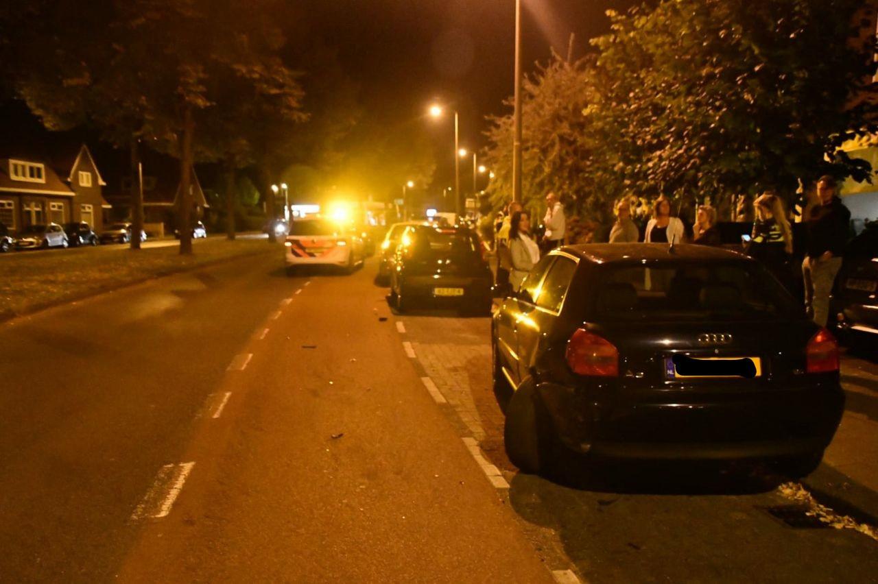 Op de Varvinksingel in Enschede is een automobilist tegen een geparkeerde auto gebotst.