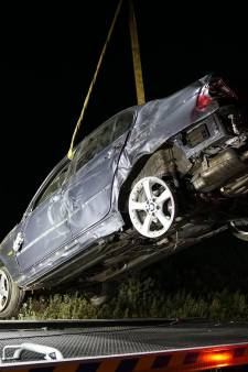 Bestuurder rijdt onder invloed, knalt tegen bord en belandt in berm; man overgebracht naar ziekenhuis