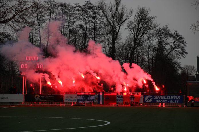 Dit wil Elistha niet missen: vuurwerk voorafgaand aan de derby bij Valburg.