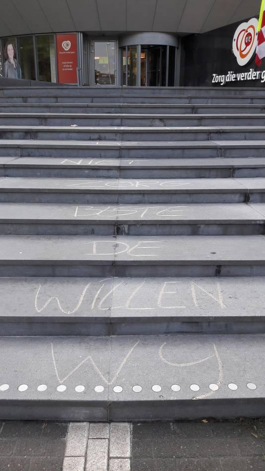 Krijtleuzen op de trap.
