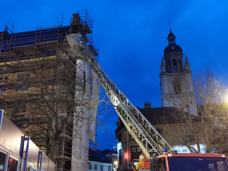De brandweer maakte de werfzeilen aan het Historisch Stadhuis in Halle opnieuw vast.