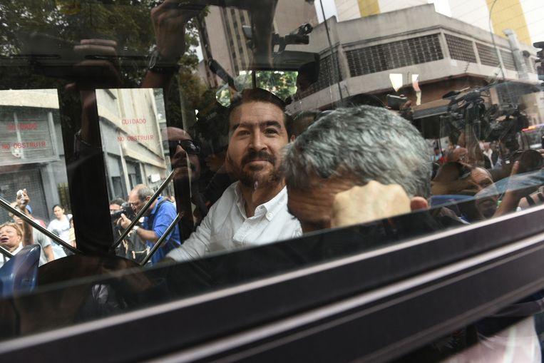 Oud-burgemeester Daniel Ceballos van San Cristobal in Venezuela wordt na een hoorzitting weggevoerd, kort voor zijn vrijlating vannacht. Beeld AFP