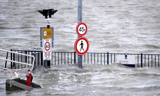 Een bord staat onder water in de haven van Harlingen. De eerste storm van het jaar komt eraan. In combinatie met springtij leidt dat in de loop van de dag waarschijnlijk tot verhoogde waterstanden.