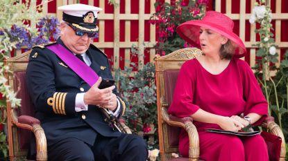 Prins Laurent haalt smartphone boven tijdens militair defilé, prinses Claire tikt hem op de vingers
