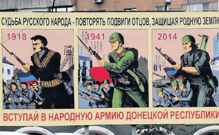 Een poster in Donetsk roept inwoners in het Russisch op om hun vaderland te verdedigen (links). Beeld afp