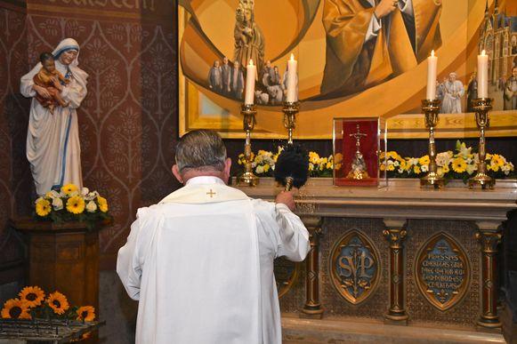 Priester André Monstrey zegende het nieuw altaar in.