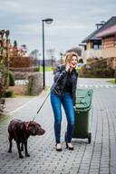 Vuilnis wegbrengen, een vriendin te woord staan en de hond uitlaten kan best tegelijk, al zou de laatste wel wat meer aandacht willen.