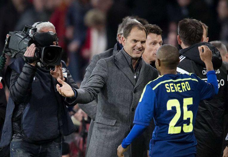 Frank de Boer viert de overwinning op PSV met Thulani Serero. Beeld anp
