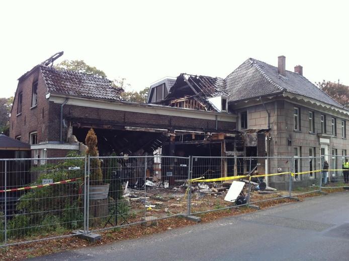 Het uitgebrande café aan de Maasdijk in Ravenstein.