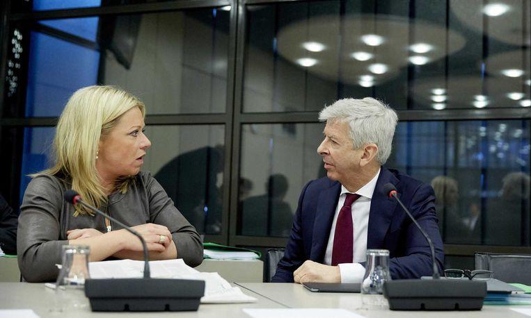 Minister van Defensie Jeanine Hennis-Plasschaert en minister van Binnenlandse Zaken en Koninkrijksrelaties Ronald Plasterk. Beeld anp