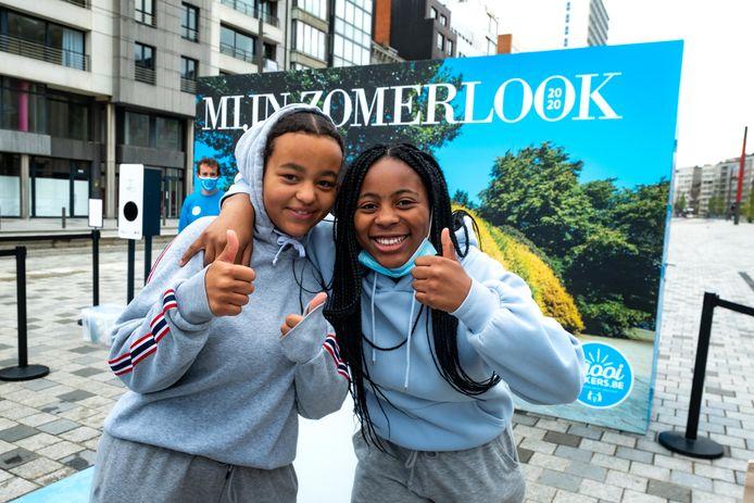 Amber Musaliwa (14) en Favour Lekohmpu (13) zijn enthousiast over de 'Zomerlook 2020'.