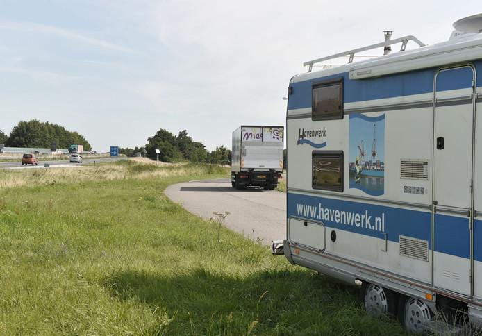 Een camper met reclame op de Marie Curieweg in Oost-Souburg, mag dat? Jazeker: het voertuig staat daar niet om reclame te maken, maar omdat te groot is om in de bebouwde kom te parkeren.