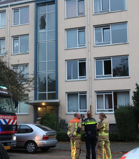 Glas van portiek ingeslagen om brand in woning aan Clavecimbellaan in Rijswijk