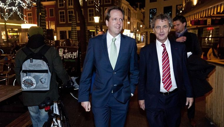 Een blije Alexander Pechtold (links) en Roger van Boxtel arriveren woensdagavond bij het feestje van D66 in Den Haag. Beeld null