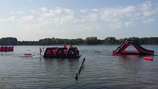 De eerste deelnemers proberen de Titan Swim te volbrengen.
