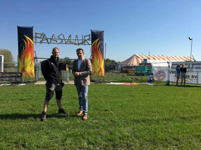 Rens Cardinaal van de organisatie Stichting Evenementen Jeugdclubs Budel (Paasvuur Budel) en burgemeester Roland van Kessel van gemeente Cranendonck.
