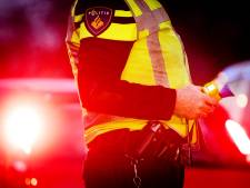 Auto met jerrycans rijdt politiebureau in
