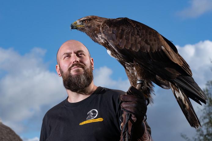 Niels de Goey is eigenaar van de Roofvogelhoeve in Baarlo. ,,Mijn valk kwam met 257 kilometer per uur naar beneden.''