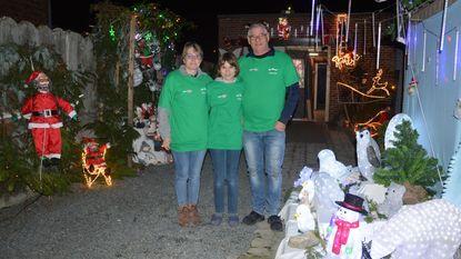 Gezin vormt tuin om tot kerstdorp