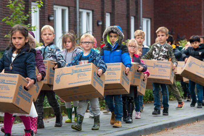 Kinderen van basisschool De Atlas op weg naar de nieuwe locatie aan de Hogenkampseweg.