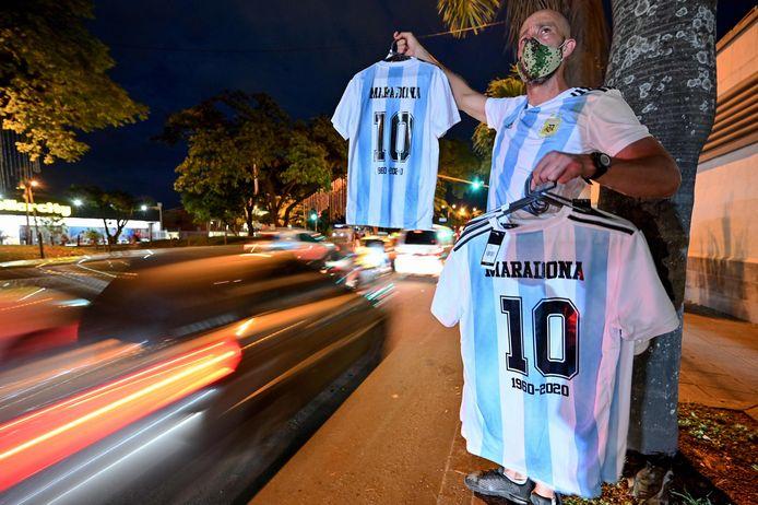 Man verkoopt Diego Maradona-shirts.