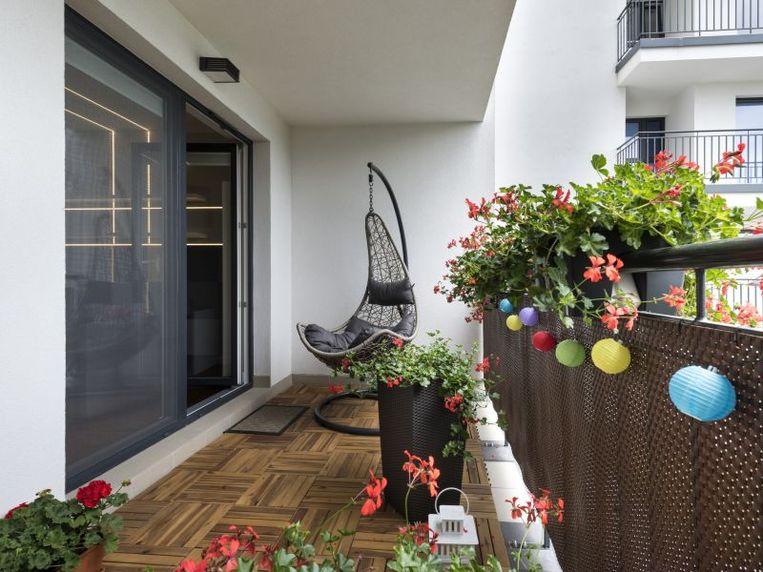 Fleur je balkon op met bloemen, planten en kruiden in bloempotten.