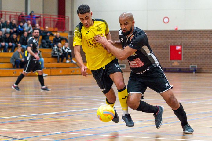 Reza Ngarigota (rechts) in het duel tegen Lebo. De routinier is teruggekeerd bij Futsal Apeldoorn.