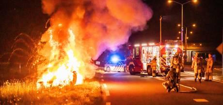 Brandende auto raast over de snelweg en crasht bij Eembrugge