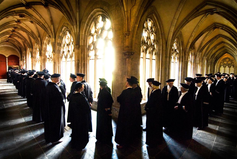 Hoogleraren staan in de Domkerk in Utrecht in de rij voorafgaand aan de opening van het academisch jaar.  Beeld Raymond Rutting