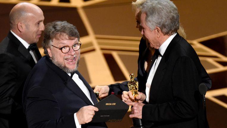 The Shape of Water-regisseur neemt de Oscar voor beste film in ontvangst. Beeld reuters