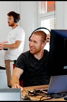Met geluidsdempende koptelefoon van de zaak is het nooit meer te druk op kantoor