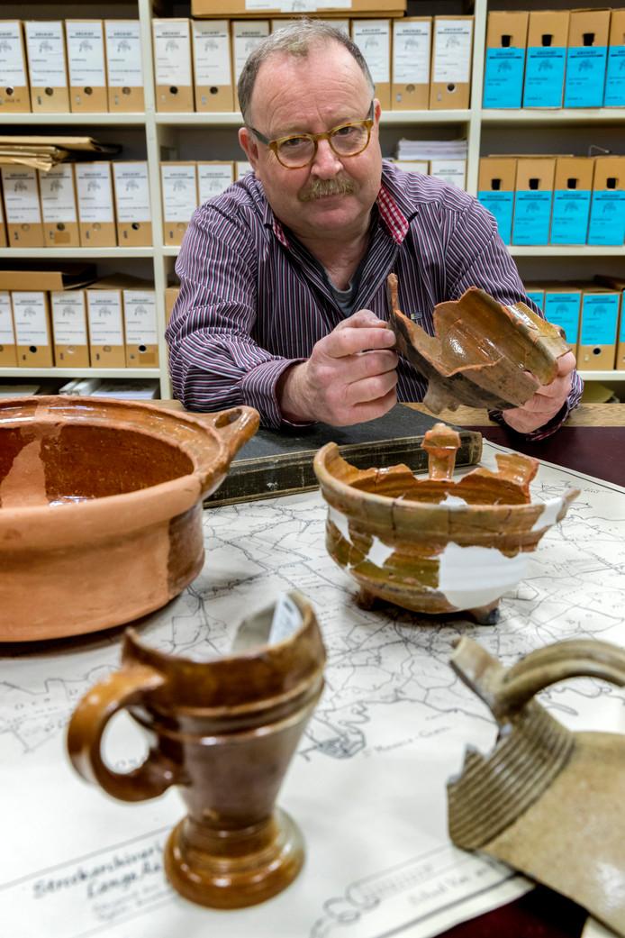 Amateur-archeoloog  Gerard van Kaathoven met een klein deel van alle vondsten in de heemkamer in Schijndel.