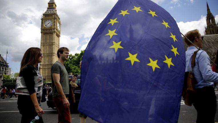 Jongeren in Londen met een vlag van de Europese Unie. Beeld ap