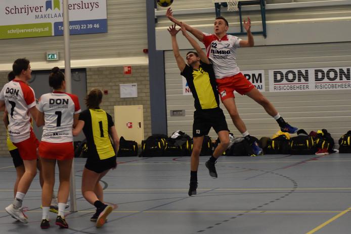 Jurriaan Bouwens sprint ver boven zijn tegenstander uit.