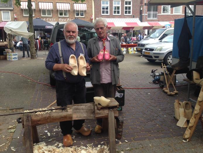 Klompenmakers Jan Hendrikse en Frans van Kuijk verkopen jaarlijks klompen op de markt.