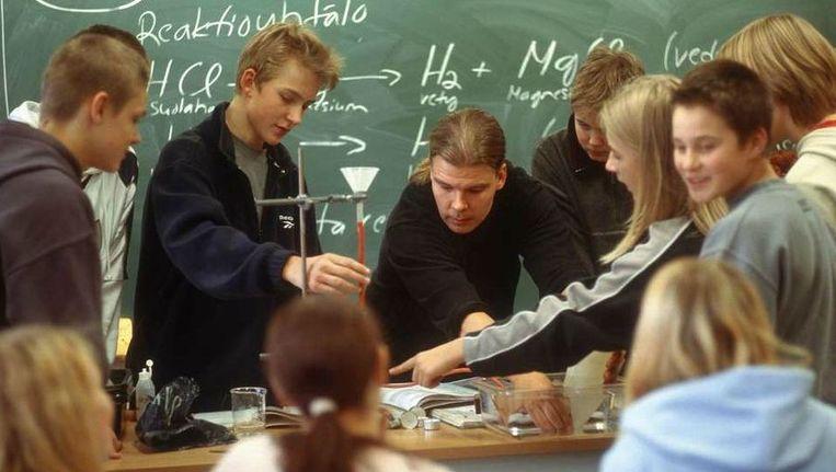 Scheikundeles op het Tammerkosken Lukio Gymnasium in het Finse Tampere. Beeld Hollandse Hoogte
