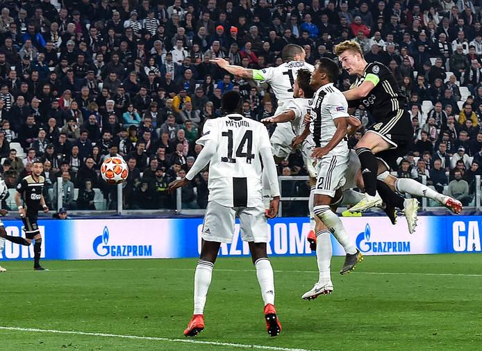 Matthijs de Ligt torent boven iedereen uit en maakt de winnende treffer namens Ajax tegen Juventus: 1-2.