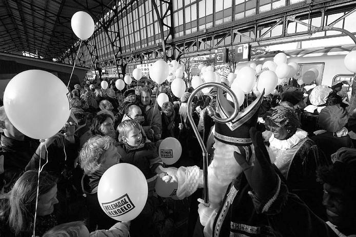 Archieffoto uit 2006. De intocht van de sint per spoor in Hengelo kent een lange traditie.