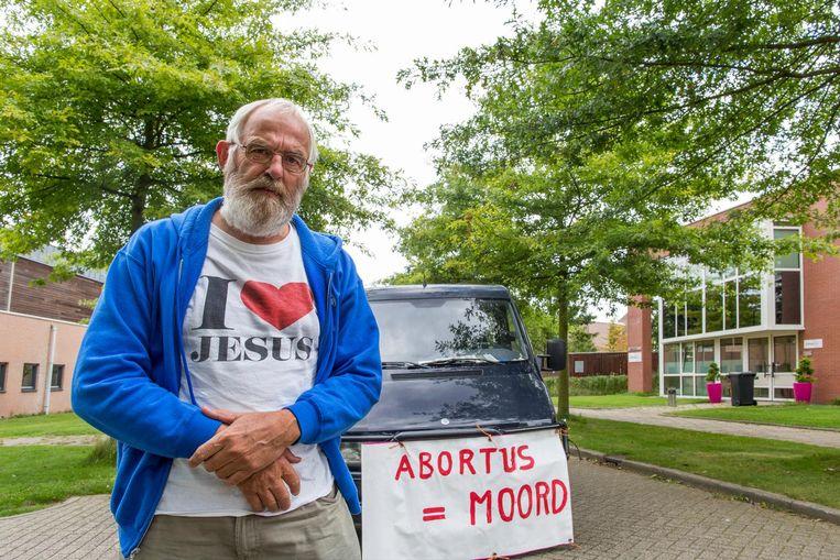 Joop van Ooijen (bekend van 'Jezus redt') met zijn oude ambulancebus.  Beeld Angeliek de Jonge